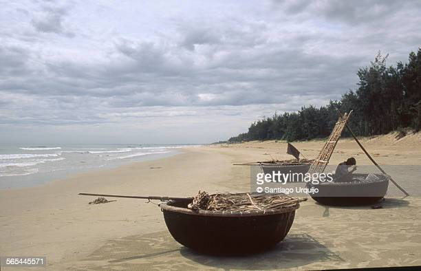 fisherman mending his fishing net on his boat - quảng ngãi stock pictures, royalty-free photos & images