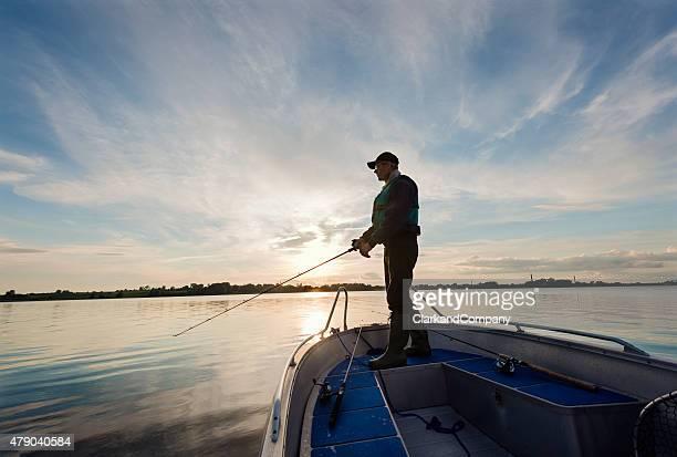 Pêcheur attend patiemment pour un en-cas.
