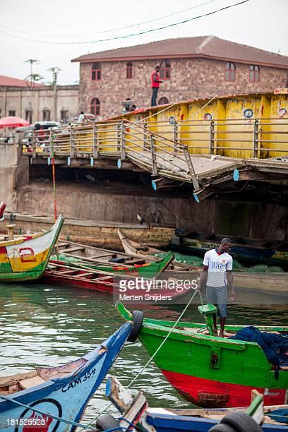 fisherman pulling docking rope - merten snijders photos et images de collection