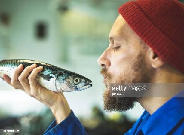 fischer mit frischem fisch auf dem bootsdeck angeln - fischer stock-fotos und bilder