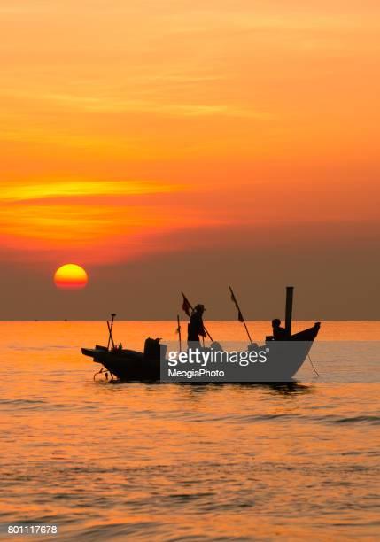 fisherman work in sunrise - ナムディン ストックフォトと画像