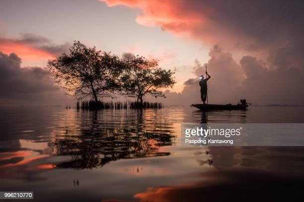 fishermen are fishing in the lake. - provincia di songkhla foto e immagini stock