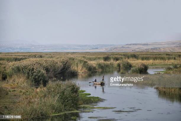 fishermen in bendimahi creek ,van lake. - emreturanphoto fotografías e imágenes de stock