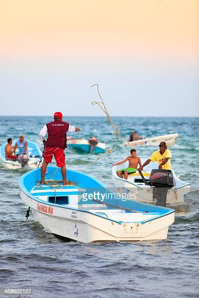 los pescadores movilidad de embarcaciones en el caribe - paisajes de venezuela fotografías e imágenes de stock