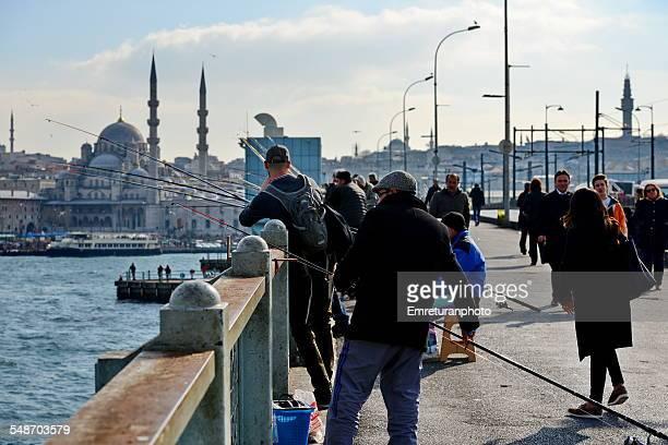 fishermen on galata bridge - emreturanphoto - fotografias e filmes do acervo