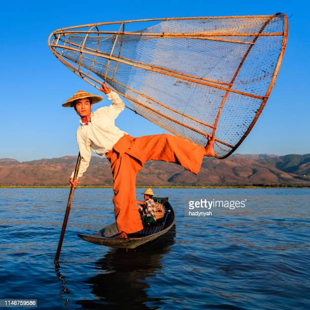 fishermen on inle lake, shan state, myanmar - asian style conical hat stock pictures, royalty-free photos & images