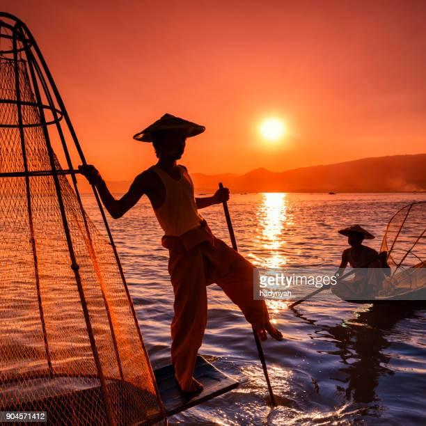 pescadores en el lago inle viendo el atardecer, myanmar - myanmar fotografías e imágenes de stock