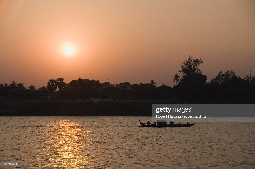 Fishermen on the Mekong River, Phnom Penh, Cambodia, Indochina, Southeast Asia, Asia : Stock Photo