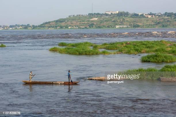 fischer paddeln zwischen brazzaville und kinshasa auf dem kongo-fluss - kinshasa stock-fotos und bilder
