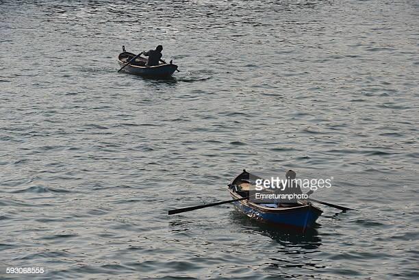 fishermen rowing boats - emreturanphoto - fotografias e filmes do acervo