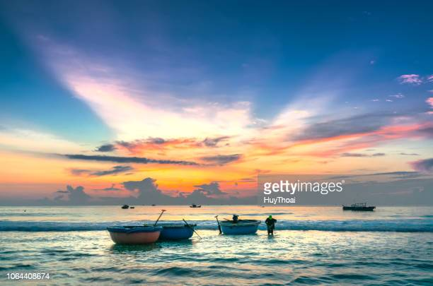 fishermen set sailed with basket boat in the morning - paesaggio marino foto e immagini stock