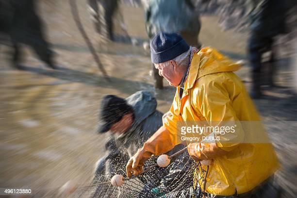 漁師は、網フランスの池で釣り、ズーム効果