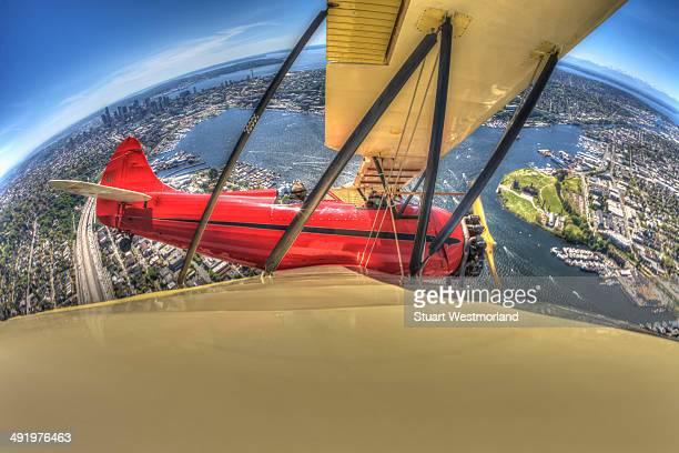 fisheye view of seattle - doppeldecker flugzeug stock-fotos und bilder