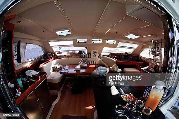 fisheye の眺めに囲まれたインテリア、ラグジュアリーヨット - 乗り物に乗って ストックフォトと画像