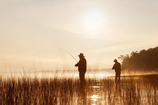 Fishing at sunrise 841600546