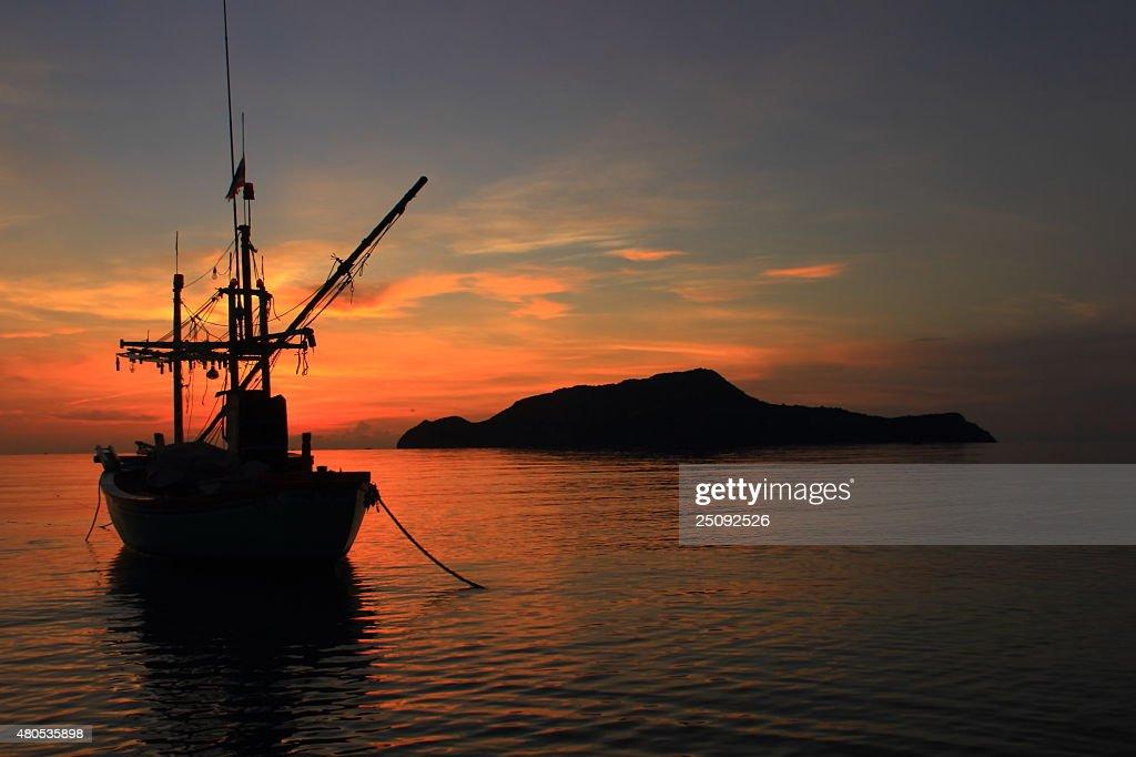 Fishing boat and sunrise : Bildbanksbilder