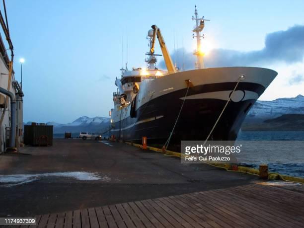 fishing boat at harbor of eskifjörður, iceland - quayside fotografías e imágenes de stock