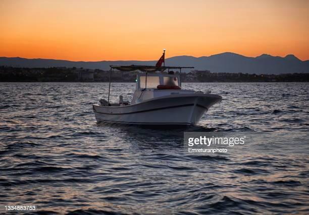 fishing boat at sunset in çeşme. - emreturanphoto fotografías e imágenes de stock