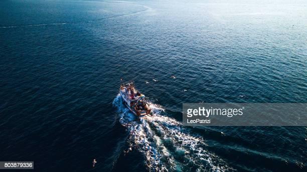 Barco de pesca regresando al puerto
