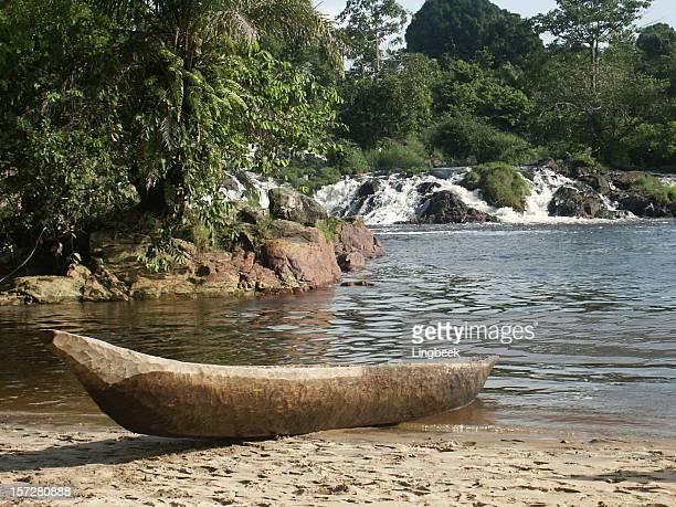 bateau de pêche au cameroun - cameroun photos et images de collection