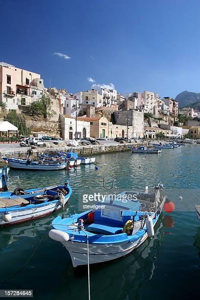barca da pesca in sicilia harbor - baia foto e immagini stock