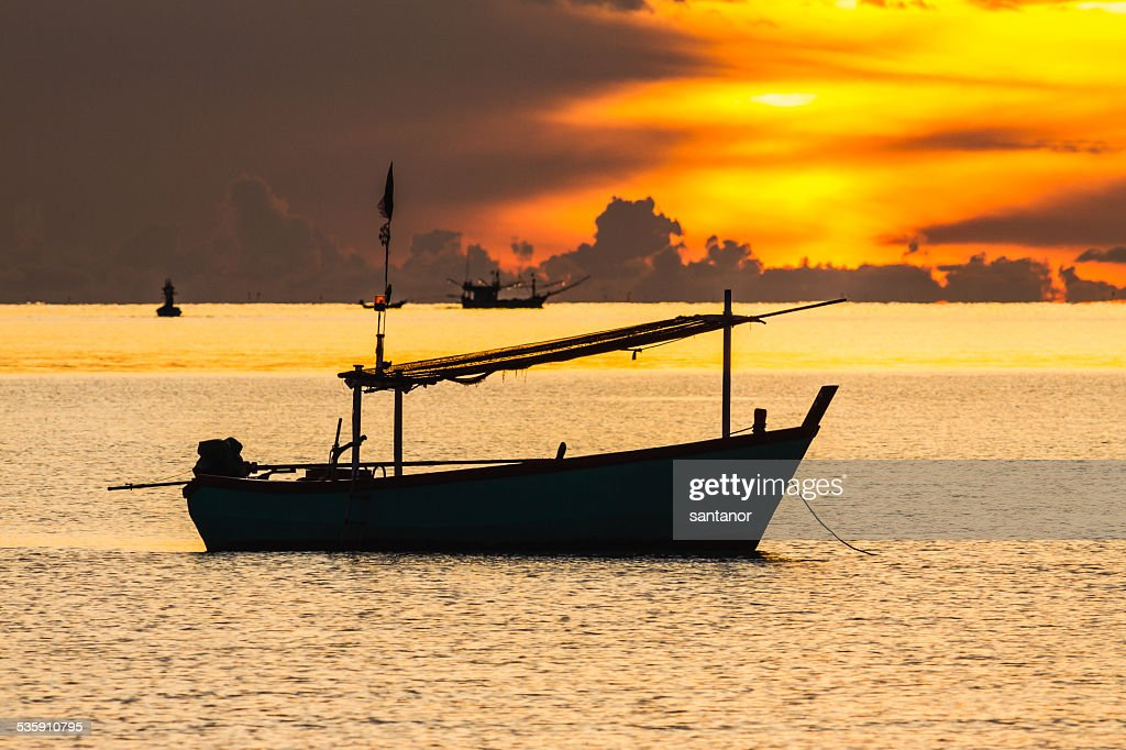 Pesca en bote en sunrise estado de ánimo : Foto de stock