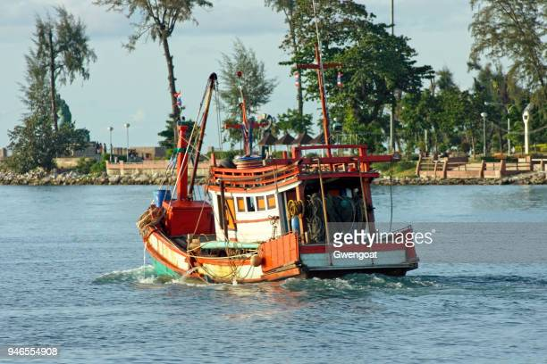 fishing boat navigating on songkhla lake - gwengoat stock pictures, royalty-free photos & images