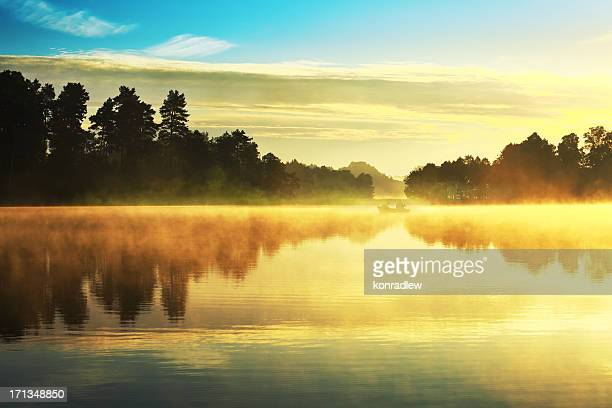 湖での釣り、ボート、霧の夕暮れの