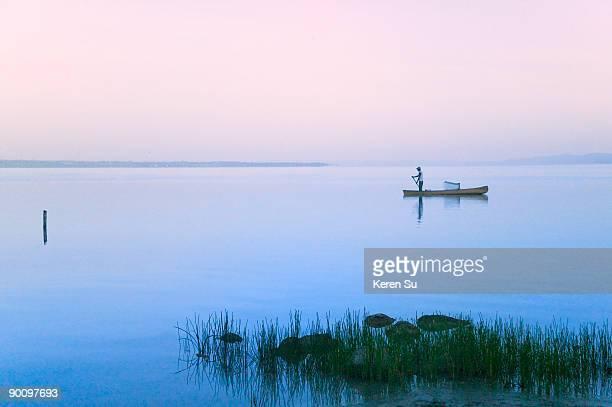 fishing boat on lago peten itza - guatemala stock-fotos und bilder