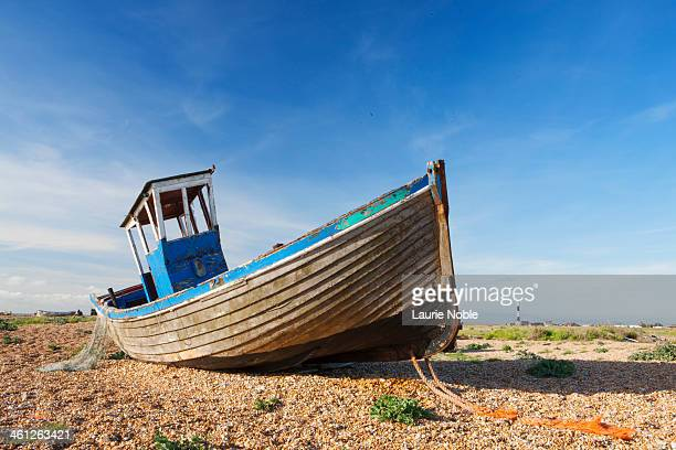 fishing boat on shingle, dungeness, kent, england - dungeness stock pictures, royalty-free photos & images