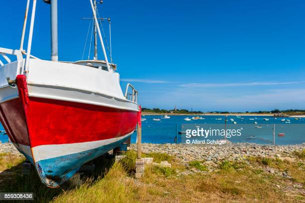 fishing boat on shore in vale guernsey - isola di guernsey foto e immagini stock