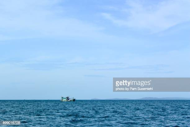 fishing boat on the gulf of thailand, cambodia - golf von thailand stock-fotos und bilder
