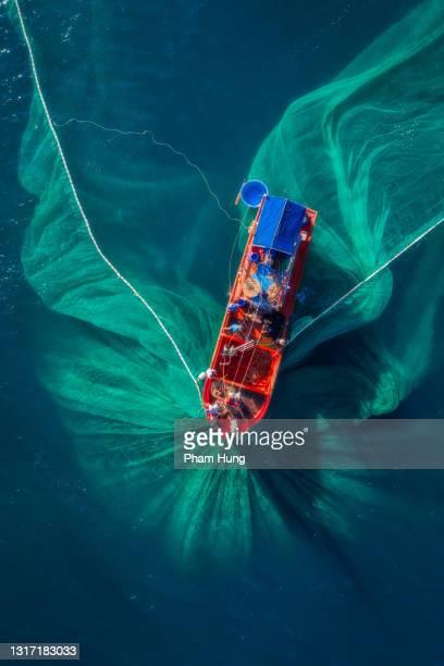 bateau de pêche sur la mer - vietnamien photos et images de collection