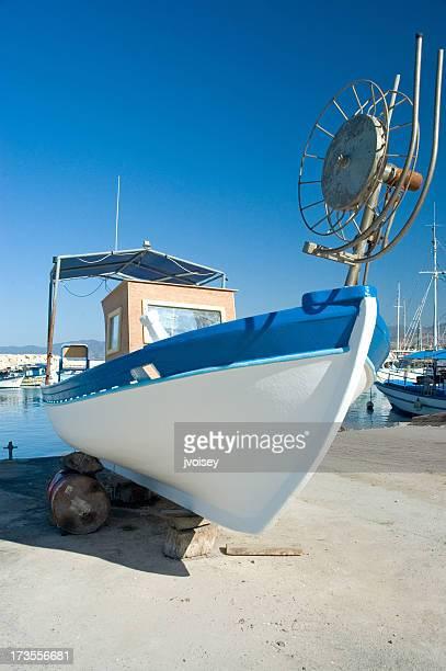 釣り船の工事 - latchi ストックフォトと画像