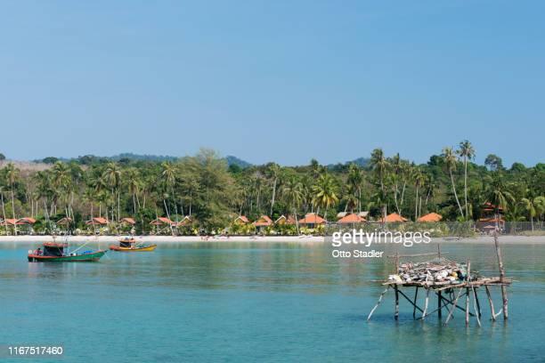fishing boats at bang bao beach on ko kut island - golf von thailand stock-fotos und bilder