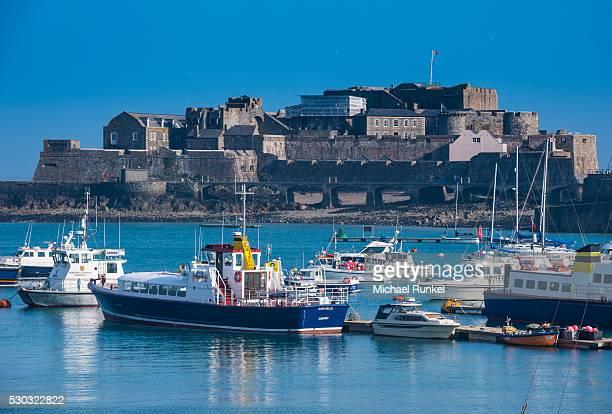fishing boats below cornet castle, saint peter port, guernsey, channel islands, united kingdom, europe - isola di guernsey foto e immagini stock