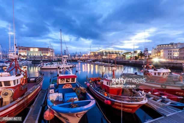 fishing boats in a marina of a coruna - barco pesquero fotografías e imágenes de stock