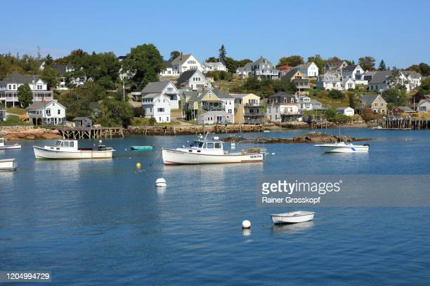 fishing boats in a tranquil bay of a small fishing town on the atlantic coast in maine - rainer grosskopf stock pictures, royalty-free photos & images