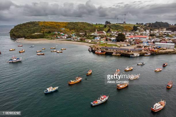 barcos de pesca em carelmapu, o chile do sul - puerto montt - fotografias e filmes do acervo