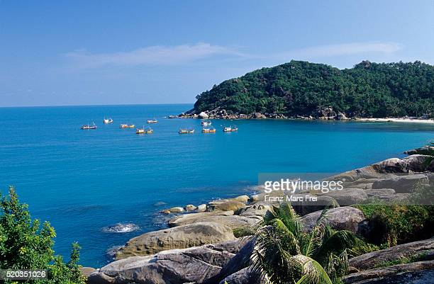 fishing boats in crystal bay - golf von thailand stock-fotos und bilder