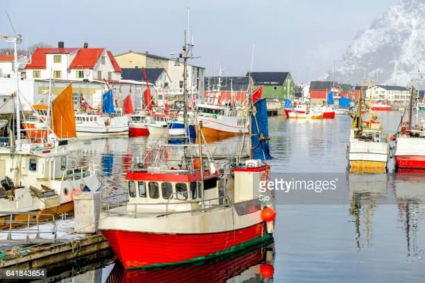 Barcos en Henningsvaer de pesca en invierno en el archipiélago de Lofoten, Noruega