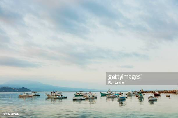 fishing boats in koroni harbour, greece - messenia fotografías e imágenes de stock