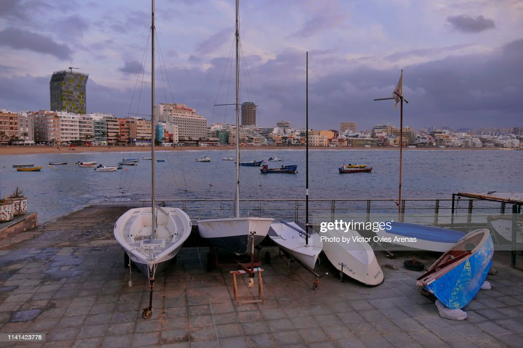 Fishing boats in La Puntilla harbour and las Canteras beach in Las Palmas de Gran Canaria, Spain : Foto de stock