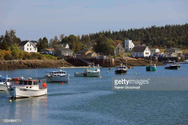 fishing boats in the bay of a tranquil small village on maines atlantic coast - rainer grosskopf foto e immagini stock
