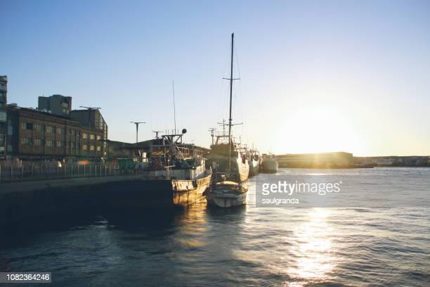 fishing boats in the harbor at sunset - ビーゴ市 ストックフォトと画像