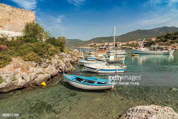 fishing boats, kardamyli harbour, mani peninsula - messenia fotografías e imágenes de stock