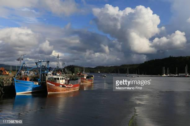 09/2019. fishing boats moored in the harbour of tobermory. scotland, uk - hebriden inselgruppe stock-fotos und bilder
