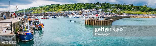 barcos de pesca turistas en la pared del puerto lyme regis panorama dorset - lyme regis fotografías e imágenes de stock