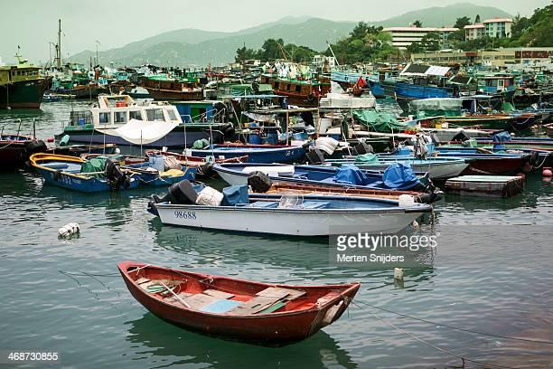 fishing fleet in the harbour of cheng chau - merten snijders stockfoto's en -beelden