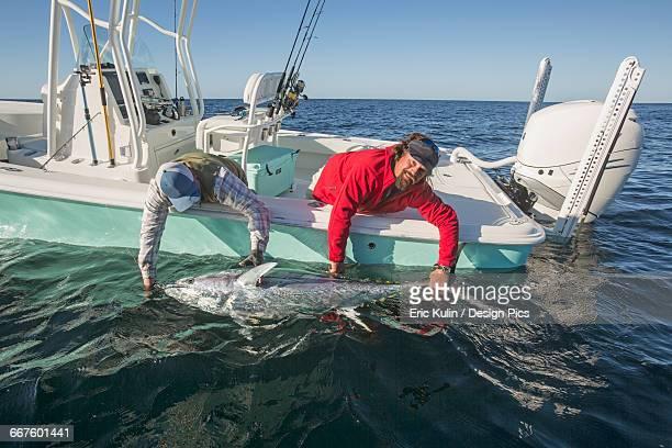 fishing from a boat on the atlantic ocean - loslassen aktivitäten und sport stock-fotos und bilder